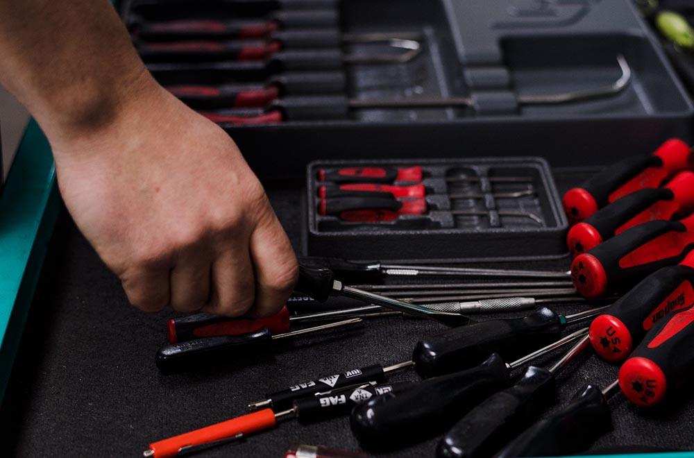 Autoglasreparatur mit dem passenden Werkzeug